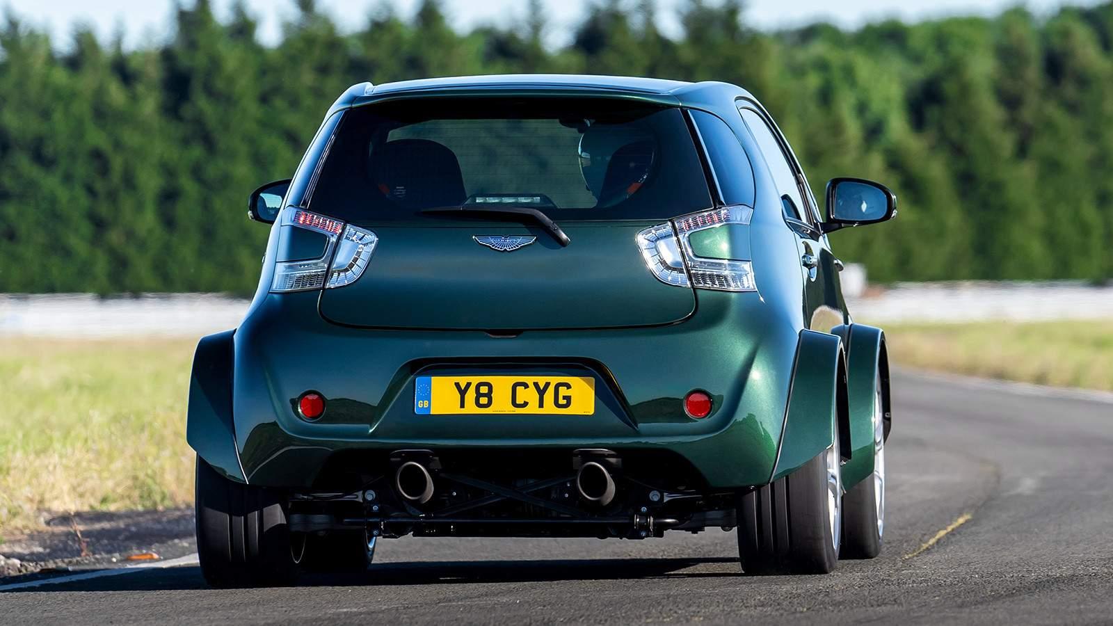 автомобиль Aston Martin вид сзади