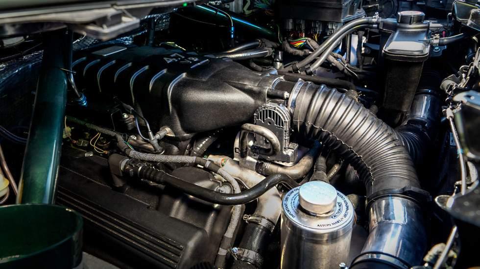 восьмицилиндровый двигатель Aston Martin