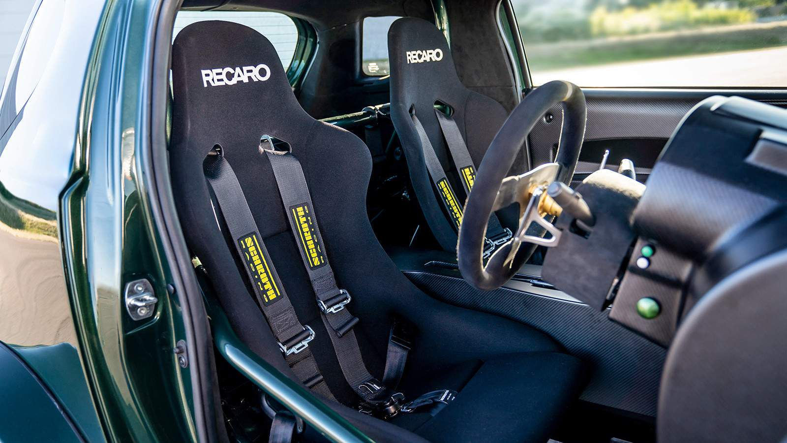 кресла Aston Martin